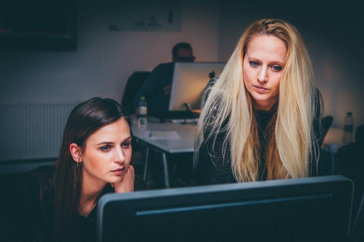 deux femmes regardent un écran